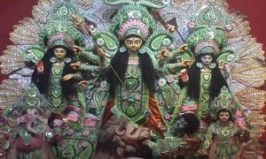 Un ídolo de Durga Pooja, compuesto por la diosa Durga, sus hijas Laxmi, Saraswati y sus hijos.Ganesha, Karitik (Dominio público)
