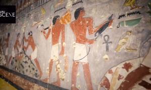 Paredes pintadas de colores brillantes en la tumba de 4300 años descubierta en Egipto.