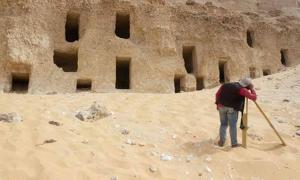 Tumbas excavadas en la roca de la necrópolis de Al-Hamidiyah.