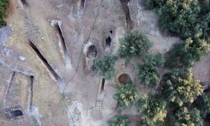 Vista aérea de la cámara de las dos tumbas en la parte oriental del cementerio micénico de Aidonia, junto con las tumbas de la antigua excavación. Fuente: Ephorate of Antiquities of Corinth