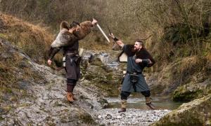 Dos vikingos recreadores luchando. Crédito: Brambilla Simone / Adobe Stock