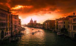 """Venecia, en Italia, es conocida por varios nombres y uno de ellos es el de """"ciudad flotante"""". Esto es debido al hecho de que la ciudad de Venecia está formada por 118 pequeñas islas conectadas por numerosos canales y puentes."""