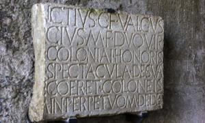un ejemplo de una inscripción encontrada en las ruinas de Pompeya. Fuente: prosiaczeq / Adobe Stock