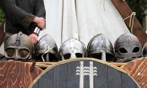 los cascos vikingos son especiales y se han encontrado pocos, pero los guerreros del distrito mercenario vikingo de Bathonea seguramente los habrían usado mientras luchaban y protegían al emperador bizantino