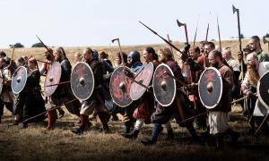 la imagen muestra a recreadores vikingos usando escudos en combate. Aunque existen muchos escudos de recreación, no ha sido posible hacer una réplica precisa del escudo vikingo hasta ahora.