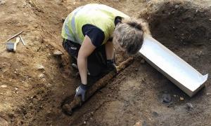 El descubrimiento de la espada vikinga tal como se encontró en el lado opuesto de un guerrero nórdico, antes de que Astrid Kviseth la colocara en una caja acolchada especialmente preparada.