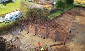 El sitio del antiguo y raro templo vikingo recién descubierto que se encuentra en Noruega con una reconstrucción imaginaria del edificio real.