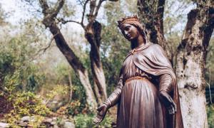 Aethelthryth, como la estatua de la Virgen María que se muestra aquí, fue un importante santo inglés que desafió a dos maridos en un momento en que tal comportamiento era escandaloso. Ella era la reina virgen, la reina Etheldreda. Ella aguantó, venció y siguió su corazón espiritual puro.
