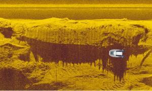 : una imagen de sonar del naufragio en el río Vístula y el lúgubre que los arqueólogos solían buscar, mostrando el tamaño relativo de la nave. Fuente: Podwodne wraki Warszawy