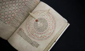 Un volvelle de un manuscrito inglés del siglo XIV se exhibe en el Museo J. Paul Getty. (Foto de Getty.edu)