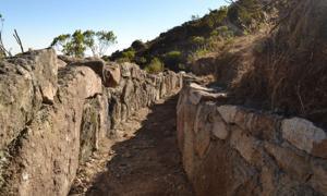 Este canal de desviación es parte del sistema de infiltración pre-inca durante la estación seca. Los canales como este desvían el agua durante la estación húmeda y podrían ayudar a estabilizar el suministro de agua del Perú. Fuente: Musuq Briceño, CONDESAN, 2012. (Imperi