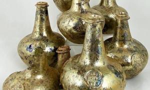 Botellas de vino antiguas descubiertas por el equipo de construcción para ser subastadas. Fuente: © BBR Auctions.