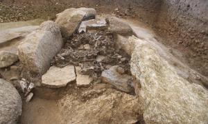 Vista superior del Dolmen de Oberbipp en Suiza, uno de los sitios de entierro más grandes del estudio, donde se estudiaron restos neolíticos, revelando pistas sobre la migración de la Cultura Yamnaya a Europa. Fuente: Urs Dardel / Archäologischer Dienst des Kanton Bern