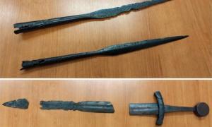 espadas y puntas de lanza yotvingias desenterradas en el sitio en Suwałki, Polonia. Fuente: Jakub Mikołajczuk / Suwalki Muzeum