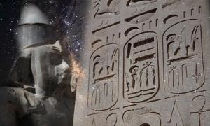 """Deriv; Jeroglíficos egipcios con cartuchos para el nombre """"Ramsés II"""", Templo de Luxor, Nuevo Reino. (Dominio público) y la Vía Láctea (Wikimedia Commons)"""