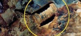 una piedra que data de unos 300 millones de años, que parece mostrar un tornillo incrustado en su interior.
