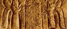 """Portada - Fragmento de un casco de la cultura Urartu en el que se observa a dos personajes alados, quizás dioses o Anunnaki, junto a un """"árbol de la vida"""" urartiano. (Public Domain)"""