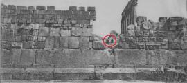 Baalbek, Líbano. Antigua fotografía de la Acrópolis en la que se observan los grandes bloques de la base del Templo del Sol y su tamaño en comparación con el de dos personas. Archivos del Museo de Brooklyn, Colección de Archivos Goodyear. (Public Domain)