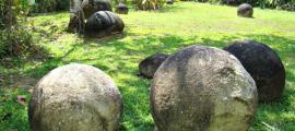 Portada-Fotografía de varios grupos de esferas de piedra pertenecientes al Parque de las Esferas de Palmar Sur en Costa Rica. (Anita Gould/Flickr)