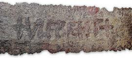 Portada - Fotografía de una espada Ulfberht expuesta en el Germanisches National Museum de Nuremberg, Alemania. (Fotografía: La Gran Época/Martin Kraft)