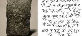 'Losa de los Elefantes' (izquierda) y dibujo de sus inscripciones y figuras (derecha).