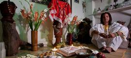 Portada - Fiesta de cumpleaños de Lázaro Salsita, nacido hace 15 años en el cuerpo de Lázaro Medina Hernández, escultor de 35 años. La Habana, Cuba. (CC BY-SA 3.0)