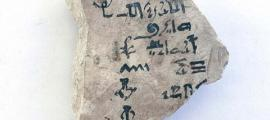 Portada - Uno de los lados de la antigua cartilla alfabética utilizada en el antiguo Egipto. Fuente: Nigel Strudwick/Cambridge Theban Mission