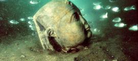 """Portada-Cabeza de estatua descubierta en Heracleion, frente a la costa de la moderna ciudad de Alejandría y en la bahía de Abukir, cuyos restos datan de entre los siglos VII a. C. y VIII d. C. Esta imagen formó parte de la exposición """"Tesoros sumergidos de Egipto"""", del arqueólogo Franck Goddio. (La Gran Época)"""