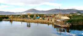 Portada - Panorámica de una de las islas flotantes existentes en el Lago Titicaca. (Thomas Quine/CC BY-SA 2.0)