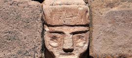 portada: Primer plano de una de las cabezas que decoran los muros internos del templete semisubterráneo del centro urbano de Tiahuanaco (Flickr)