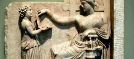 Relieve de una lápida en el que se observa a una mujer acompañada de una joven criada que le muestra una tablilla plegable similar a los actuales ordenadores portátiles (Grecia, 100 a. C.). Getty Villa, Estados Unidos. (Public Domain)