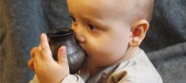 Bebé que bebe de un vaso de alimentación de réplica similar al tipo investigado en el nuevo estudio. Fuente: Helena Seidl da Fonseca, Universidad de Viena.