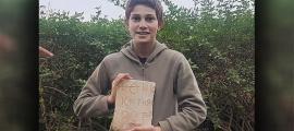 Stav Meir, con la inscripción bizantina de 1.500 años que descubrió cerca de Cesarea. Fuente: Karem Said / Autoridad de Antigüedades de Israel