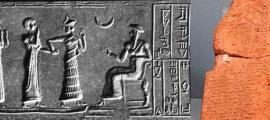 Impresión de un sello cilíndrico, ca. 2100 a. C., a veces interpretado como Ur-Nammu (sentado) otorgando el cargo de gobernador a Ḫašḫamer, ensi de Iškun-Sin. (Dominio público) El Código de Ur-Nammu, en el Museo de Arqueología de Estambul. (Dominio publico)