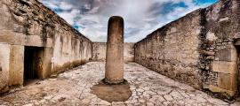 La Columna de la Muerte en Mitla ha estado cerrada al público durante mucho tiempo, ya que los abrazos repetidos causan daños. Pero la columna de la foto superior es exactamente idéntica, en todos los sentidos, a la verdadera Columna de la Muerte abrazada por los mesoamericanos durante siglos.