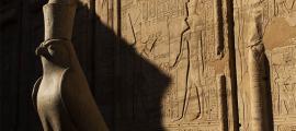 El dios Horus representado por un halcón en el Templo de Edfu