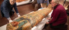 Dennis Piechota (de izquierda a derecha), Adam Middleton y Joe Green trabajan en el antiguo ataúd egipcio de Ankh-Khonsu con un equipo en el Museo Semítico. Fuente: Kris Snibbe/ Harvard Gazette.