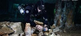 Diver Christophe Le Maillot documenta la actividad minera ocre en el sitio. Fuente: Sam Meacham, CINDAQ. A.C. SAS-INAH / INAH