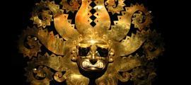 Antigua máscara peruana hecha de oro (Carlos Santa Maria / Adobe Stock)