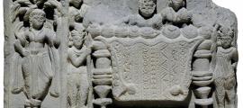 Dos pequeñas figuras protegen la mesa con las reliquias de Buda. ¿Son lanceros, o robots? Museo Británico,