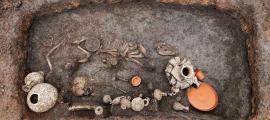El entierro de un bebé romano descubierto durante las obras de construcción del aeropuerto en Clermont-Ferrand en Francia incluía los restos de un bebé romano, un perro mascota y una gran selección de valiosos ajuares.