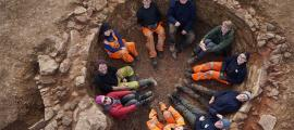 El equipo de Oxford Archaeology East se sentó dentro del horno de cal.