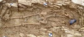 uno de los esqueletos de esclavos romanos junto a una olla encontrada en el lugar de enterramiento en Somerset, Inglaterra. Fuente: Arqueología de Wessex