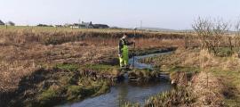 El río Orcadas es parte de la vía fluvial vikinga de las Orcadas recientemente descubierta. El investigador que se muestra en esta foto lleva un equipo de mapeo geofísico de detección remota.