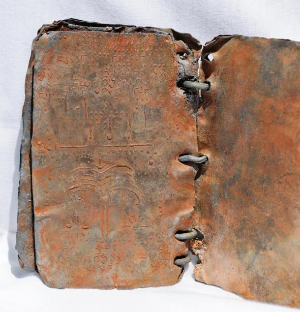 Símbolos dentro de uno de los códices de plomo. (© David Elkington)