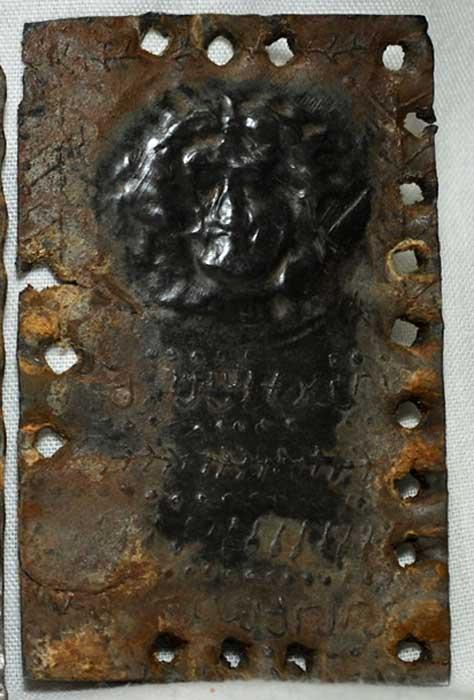 Posible retrato de Jesús en una de las tablillas metálicas. (David Elkington)