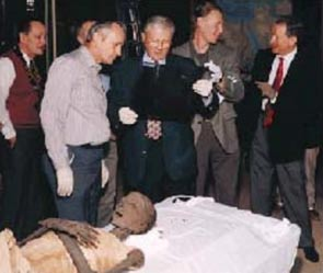 Un equipo de expertos, entre ellos (desde izquierda a derecha) el profesor de la BYU, C. Wilfred Griggs; los doctores Bruce Mcliff y Richard Jackson del condado de Utah, y el doctor Grady Jeeter de San José de California, examina la momia en la que Griggs descubrió una barra de metal de 22 centímetros implantada en la rodilla.