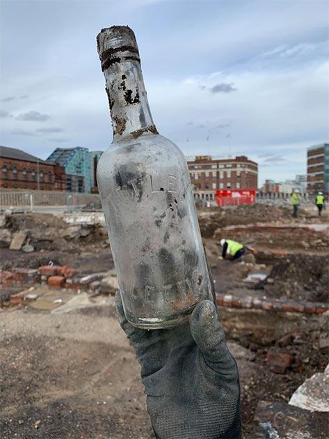 Una botella de Tetley encontrada en el sitio. (Servicios Arqueológicos WYAS)