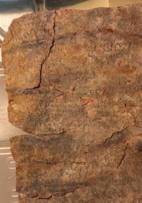 La inscripción de la tableta maldición estaba corroída e ilegible. (Attilio Mastrocinque / Universidad de Verona)