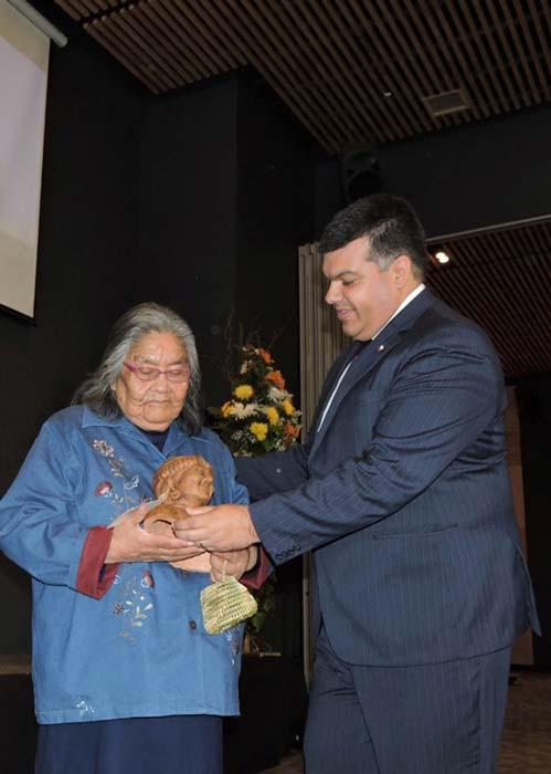 En el 2018, el Director Nacional de la Corporación Nacional de Desarrollo Indígena (Conadi), Chile, Jorge Retamal, presentó un reconocimiento adicional a Cristina Calderón, la última oradora nativa de la lengua Yagan. (Gobernación Antártica Chilena)